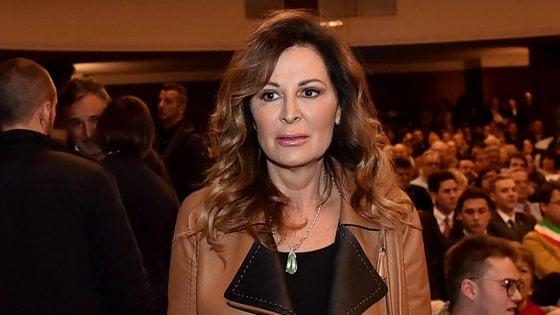 """L'autista della Maserati di Daniela Santanché passa con il rosso con lampeggianti e sirena """"abusivi"""" ...ma lei, poverina, """"non ne sapeva niente""""...!!"""