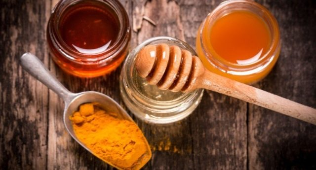 Curcuma e miele: lo straordinario antibiotico naturale contro freddo e mal di gola