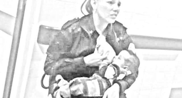 Una bella storia - La poliziotta allatta il bimbo malnutrito di una donna arrestata: promossa