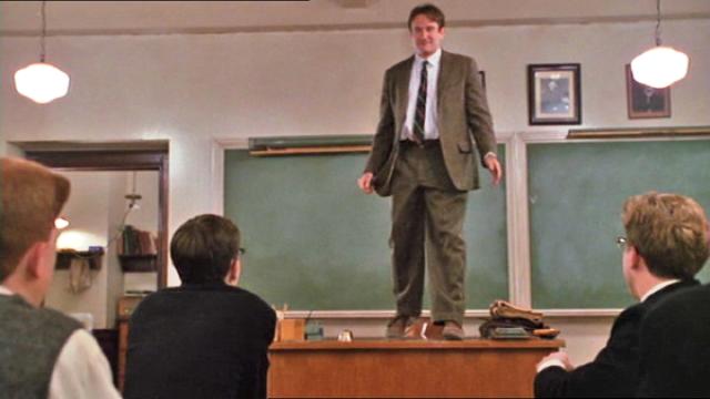 Un Cult – Robin Williams: il mitico monologo del professor Keating ne «L'attimo fuggente» – «Dobbiamo sempre guardare le cose da prospettive diverse»