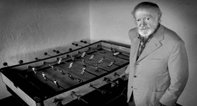 L'invenzione del biliardino? Una storia commovente: Alejandro Finisterre, militante anarchico spagnolo, guardava i bambini mutilati durante la guerra civile e pensando tristemente che non avrebbero più potuto giocare a calcio...