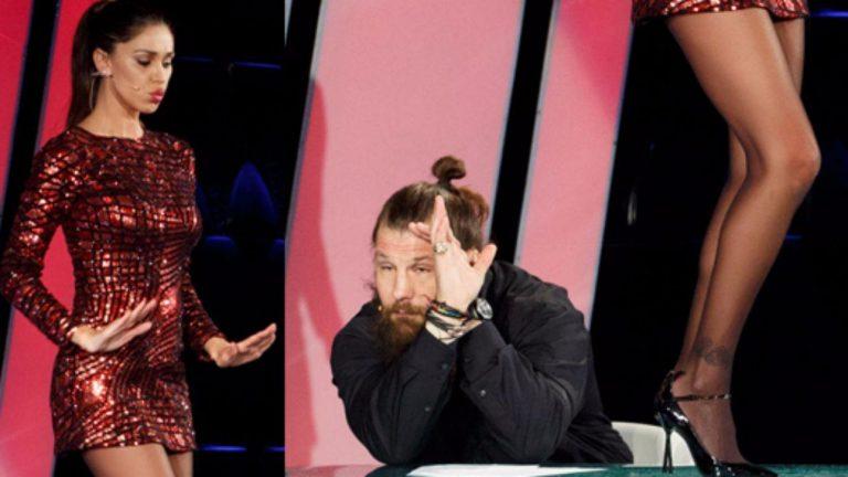 Belen balla sul tavolo, Martin copre gli occhi