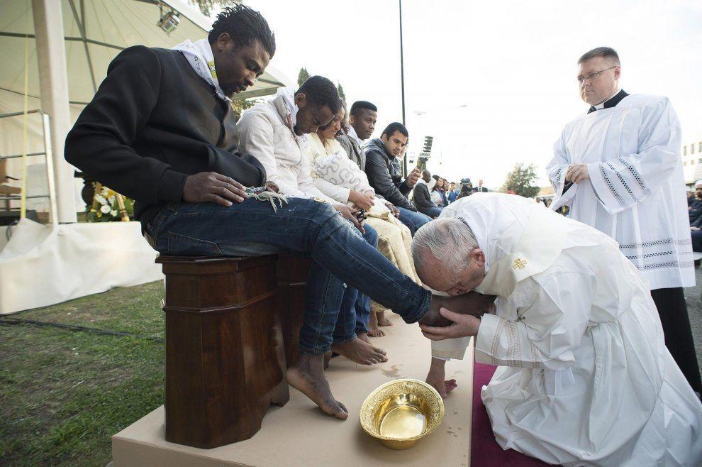Bergoglio cede la sua casa ai migranti