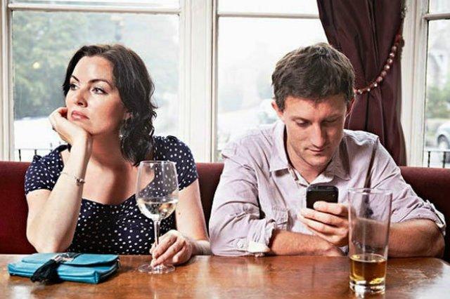 Usare lo smartphone a tavola fa ingrassare.