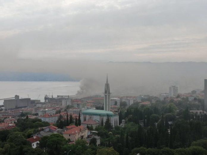 Fiume. Incendio nel porto nei pressi del Molo Zagabria