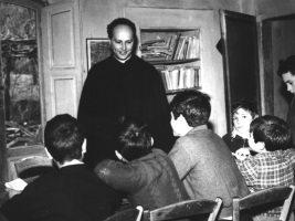 """Don Milani, un prete che difese il diritto degli """"ultimi"""" all'istruzione."""