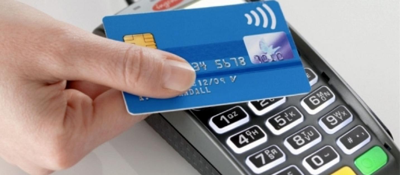 Banche, addio a sportelli e assegni: gli italiani preferiscono le operazioni elettroniche