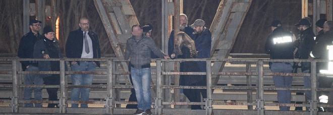 Rovigo, minaccia il suicidio da un ponte: i passanti lo insultano. «Buttati, così possiamo tornare a casa»