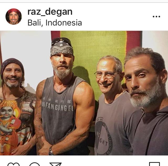 Raz Degan: «Dopo 16 anni... mio padre con i tre figli riuniti». La foto spopola sui social
