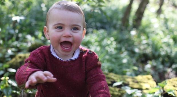 Il principino Louis non è più invisibile: sui social le foto scattate da mamma Kate