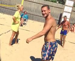 Francesco Totti gioca a pallavolo sulla spiaggia, Ilary riprende tutto e poi fa una richiesta che lascia tutti sgomenti