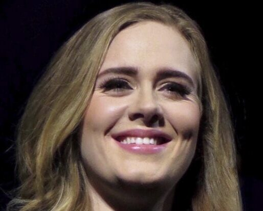 Adele irriconoscibile, capelli ricci e magrissima: assomiglia a ...