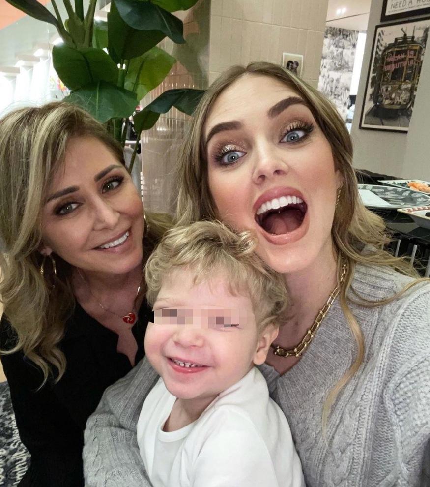 Chiara Ferragni, la tenera foto con Leone e nonna Marina. Ma i fan notano un dettaglio: «Che fa Fedez?»