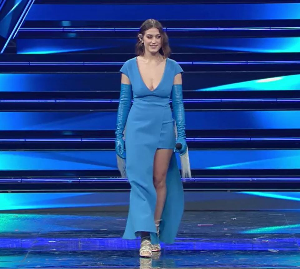 Gaia, abito blu e scollatura vertiginosa all'Ariston. Poi l'inquadratura hot... I fan: «Si è visto tutto...»