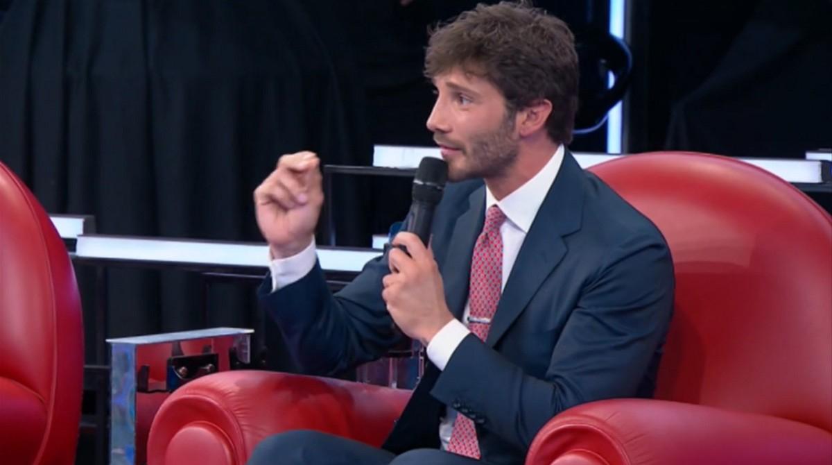 Amici 20, Stefano De Martino: «Sulla sedia non c'è spazio per tutti». È polemica