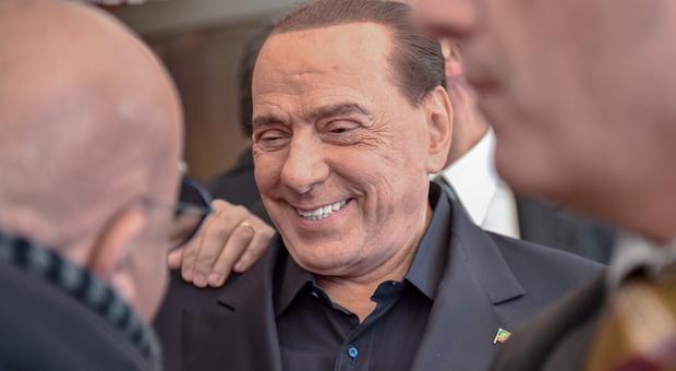Berlusconi show: «I pensionati sardi mi portano via il Viagra». Poi il lapsus hot sui naturisti