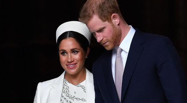Meghan Markle rompe il protocollo con la prima foto del Royal Baby: la regina Elisabetta si infuria