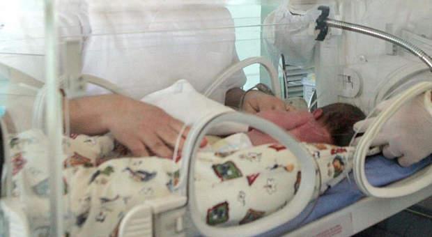 Bimbo nasce senza gli occhi e la madre lo abbandona: «Non so cosa fare con lui»