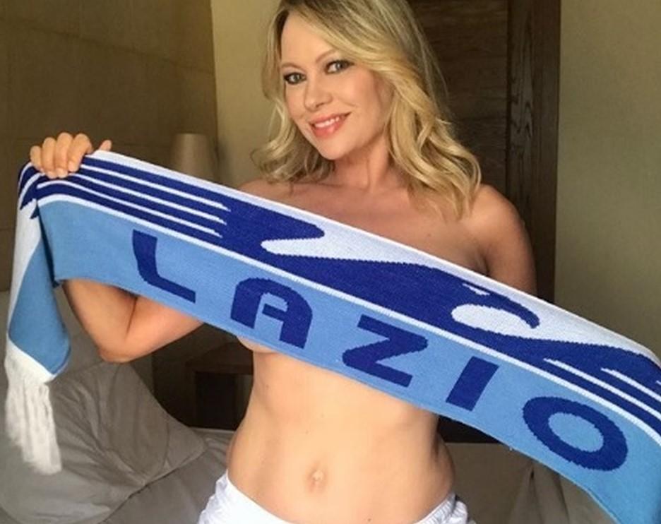 Anna Falchi, sexy esultanza per la Lazio: nuda a letto con la sciarpa. «Come godo»