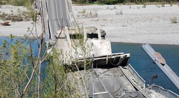 Crolla ponte tra Liguria e Toscana: giù due furgoni, un conducente ferito. Nei mesi scorsi il sopralluogo
