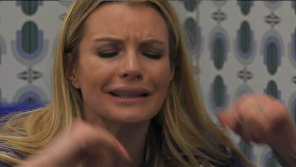 Grande Fratello Vip, arrivano notizie dall'esterno e Licia scoppia in lacrime. I fan: «Non è possibile...»