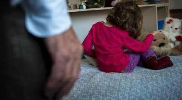 Siracusa, madre vendeva i suoi tre figli per 20 euro: «Piccoli messi in fila per essere abusati»