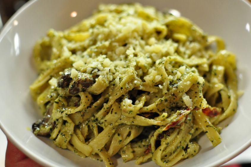 Tagliatelle con Pesto di Rucola e Pomodorini Secchi