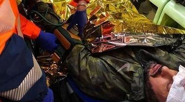 Fabrizio Corona aggredito a Milano nel bosco della droga a Rogoredo: su Instagram la foto in barella