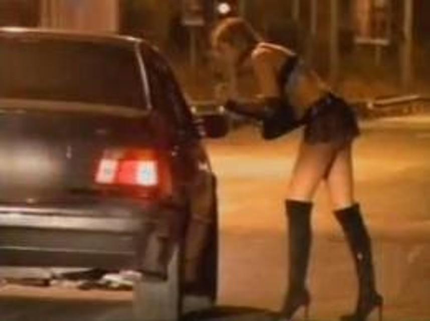 Il nonno delle lucciole che va a prostitute ogni sera: multato 85enne