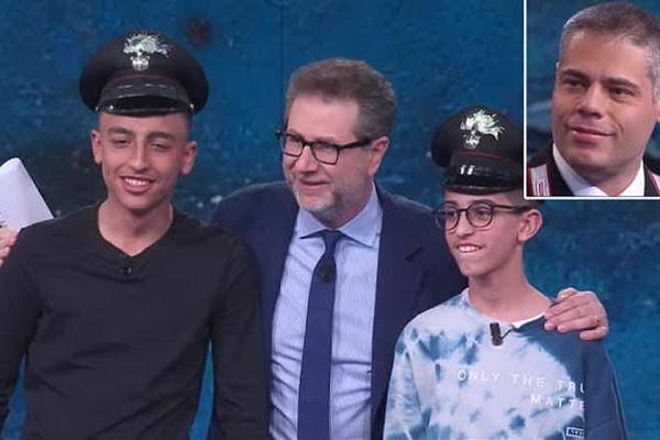 """Bus dirottato, i """"piccoli� eroi Rami e Adam incontrano i carabineri che li hanno salvati. L'abbraccio a"""