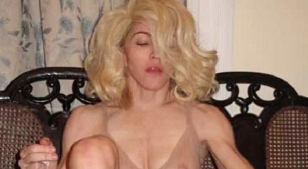 Madonna choc, la foto seminuda in pieno lockdown stupisce i fan. Asia Argento: «Ti amo»