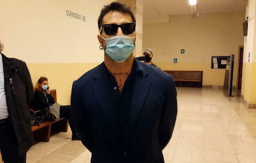 Fabrizio Corona esce dal carcere di Monza: sì del tribunale ai domiciliari. Lui esulta sui social