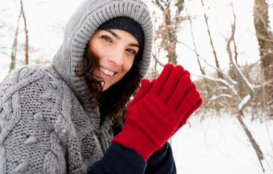 Perché le donne hanno spesso le mani e piedi freddi? Ecco quali potrebbero essere le cause