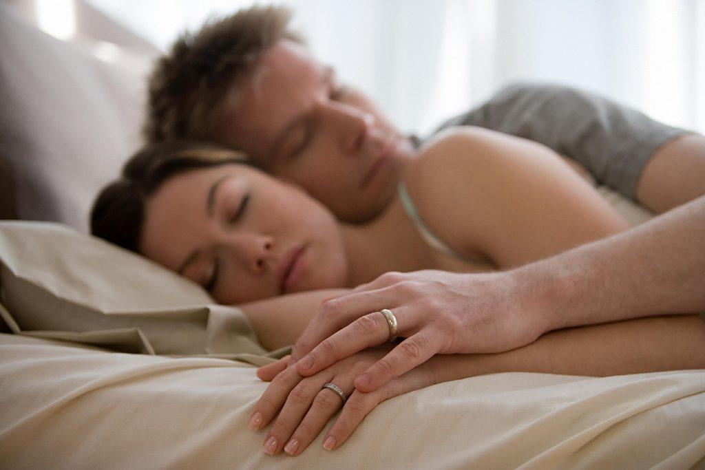 Dimmi come dormi col tuo partner e ti dirò come va l'amore