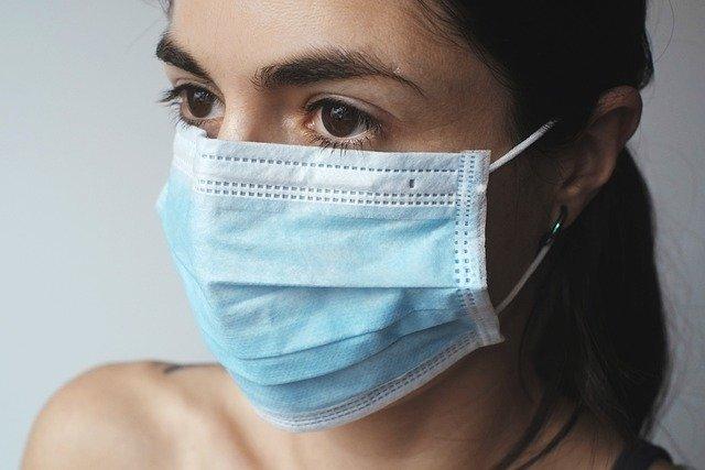 Il Coronavirus resiste sulle mascherine per 4 giorni: il documento dell'Iss