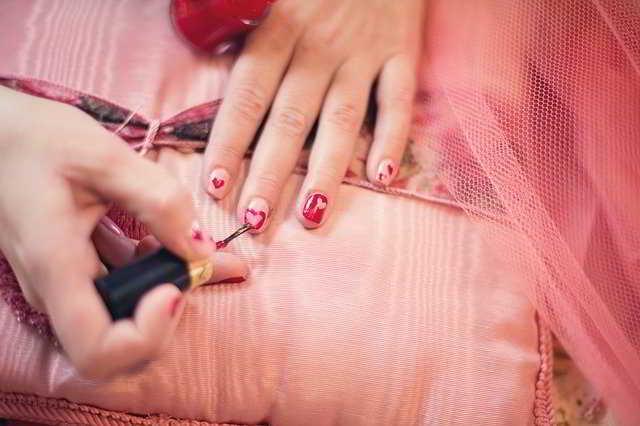 Come mettere lo smalto, manicure perfetta