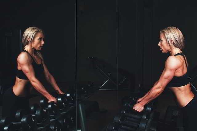 Come allenare le braccia in palestra: 5 consigli per le donne