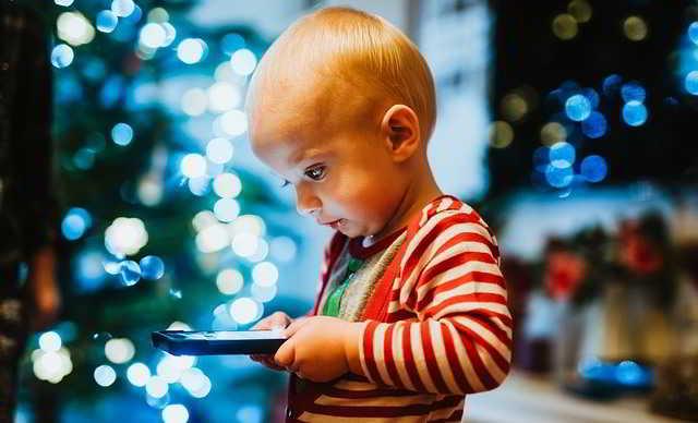 Bambini e smartphone, è giusto vietare il cellulare sotto i 12 anni?