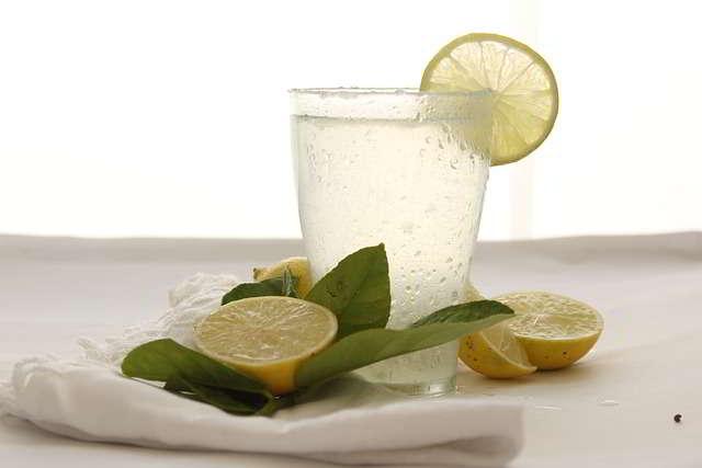 Acqua e limone non si beve la mattina ma la sera prima di dormire