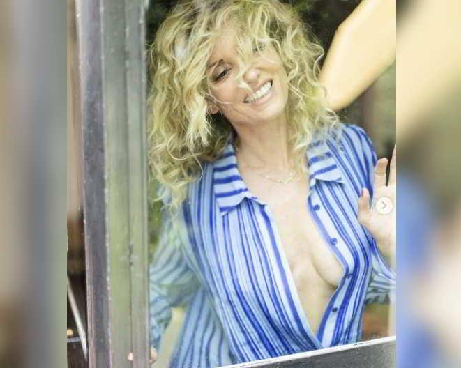 Justine Mattera dimentica l'intimo e di chiudere la camicia