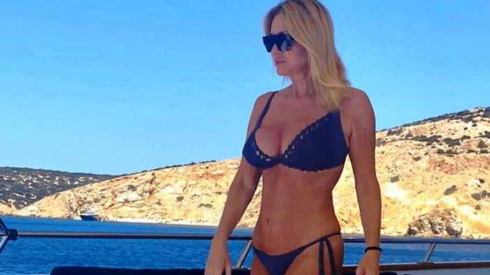 Paola Ferrari, bikini bollente a 60 anni: