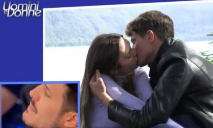 Andrea Nicole Conte parla della sua famiglia poi bacia ancora Ciprian